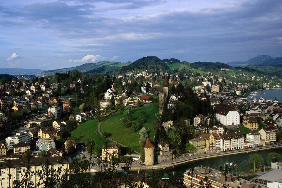 La región de Zúrich tiene muchos valles y, muy cerca, al sur, los Alpes.