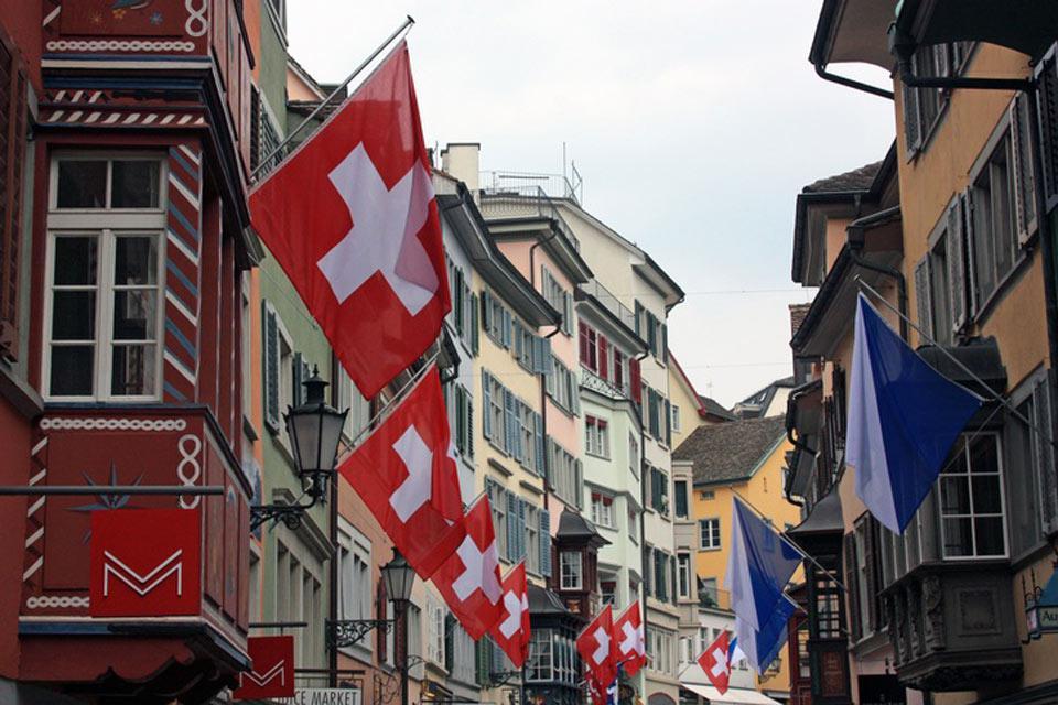 Zúrich es la ciudad más importante de Suiza. Se habla un dialecto alemán inspirado en las lenguas románicas.