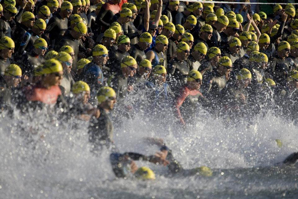 Cada año, a finales del mes de julio, miles de nadadores se lanzan al agua para realizar la travesía del lago de Zúrich.