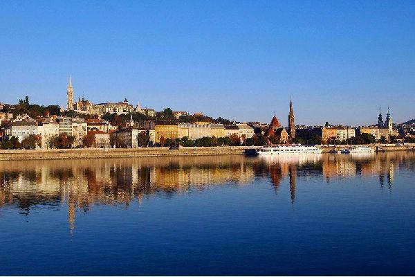 Traversée par le Danube, Budapest est séparée en deux parties : d'un côté Buda, de l'autre Pest. La ville est née du rassemblement de ces deux côtés, ainsi que de l'ancienne ville Obuda. Surnommée la perle du Danube, elle offre à ses visiteurs une multitude d'activités culturelles avec tous ses musées, ses théâtres et ses deux opéras. On accède aux hauteurs de Buda par un funiculaire permettant de ...