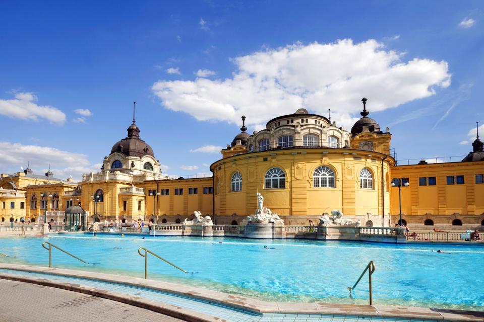 Budapest comprend un grand nombre de thermes publics. Ils sont depuis toujours un lieu de détente et de rencontre pour la population