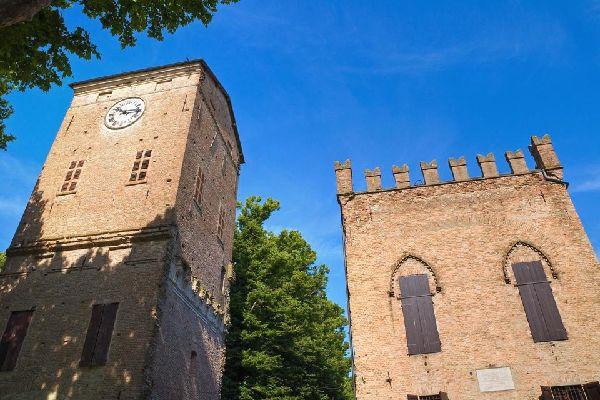 Die Kathedrale von Parma wurde auf dem Piazza del Duomo neben der Taufkapelle und dem Bischofspalast errichtet. Der innere Teil der Kuppel, die auf achteckigen Stützmauern ruht, wurde von Correggio mit Malereien verziert.