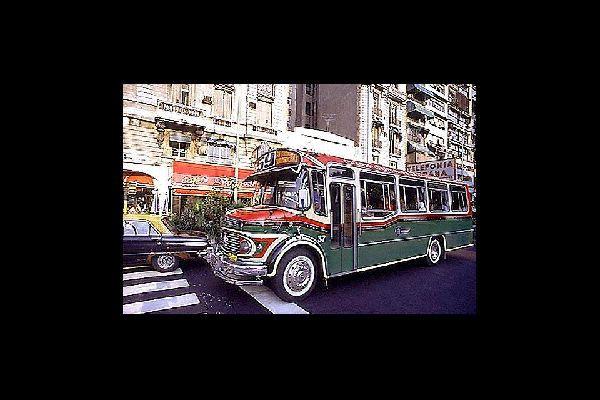 Les bus de Buenos Aires se distinguent par leurs carrosseries paintes à la main et très colorées.