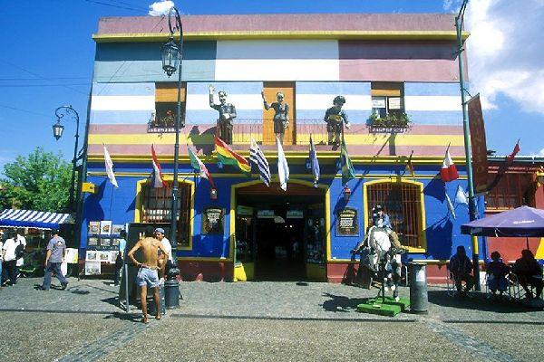 Le quartier de la Boca était celui des marin génois au début du XXème siècle, dont les couleurs traditionnelles sont le bleu et le jaune.