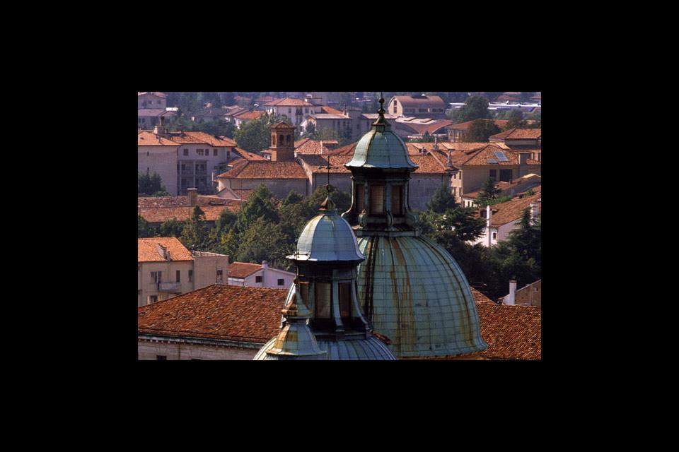 Detailansicht der Apsis des Doms von Treviso, der dem Hl. Petrus geweiht ist, mit 7 Kuppeln im Außenbereich.