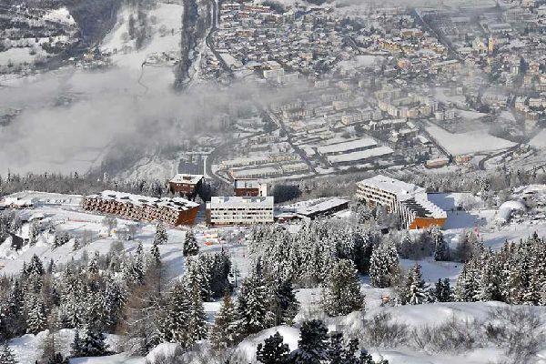 """""""La estación de Arcs pertenece a uno de los dominios esquiables más grandes de Europa, el espacio Paradiski. Ocupa 4 lugares situados en diferentes vertientes de la montaña: Arcs 1600 y 1800 de un lado y Arcs 1950 y 2000 del otro. Independientemente del nivel, el acceso a las pistas y a los distintos pueblos se hace con los esquís puestos. La estación es muy parisina y acoge a una clientela habitual ..."""