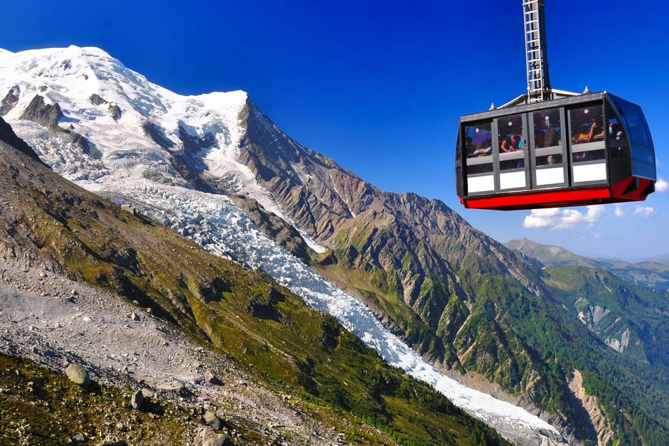 Dans le paysage montagnard français, alpin et même mondial, Chamonix est une destination de montagne bien à part. A l'origine des activités qui créeront bientôt les stations de sports d'hiver, berceau de l'alpinisme, la ville située au pied du Mont Blanc se développe dès le 19e siècle. En 1821, la Compagnie des Guides de Chamonix est fondée, faisant d'elle la plus ancienne compagnie de guides de haute ...