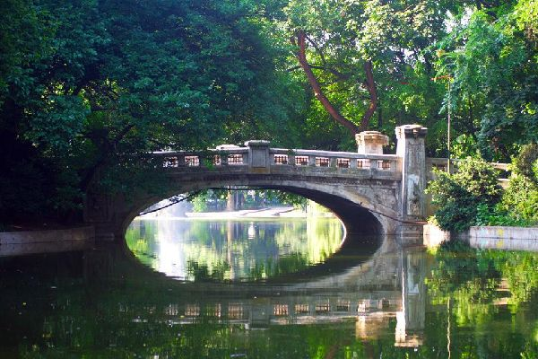The city's oldest park has preserved its authentic atmosphere. This haven of peace and quiet charms visitors with its beautiful nature and flowerbeds.