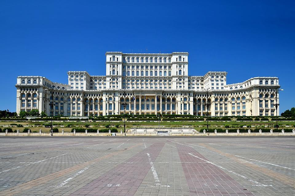 Traumatizzata dal periodo URSS, Bucarest è riuscita a risparmiare alcuni quartieri dalla dittatura del cemento e della pianificazione urbanistica.