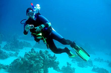 Bucea en las profundidades de Bunaken