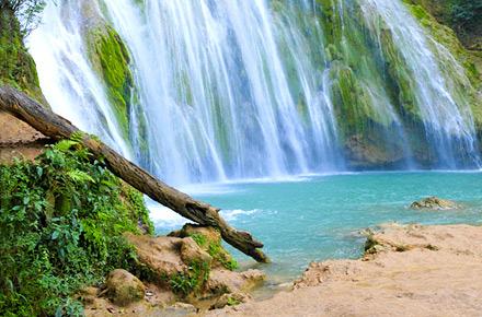 Sotto una cascata ai Caraibi