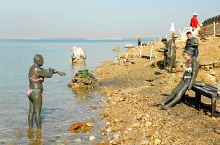 Nel mar Morto tra Giordania e Israele