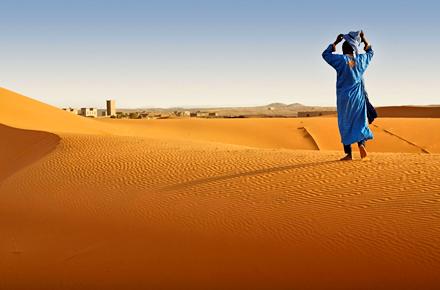Marcher dans le désert au Maroc