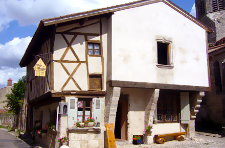 La storia tra le case: Charroux